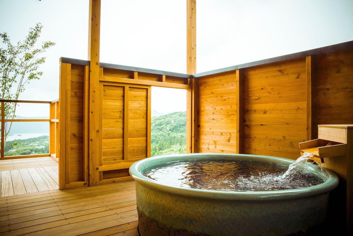 箱根の緑に囲まれたヴィラで、極上の湯を楽しむ贅沢な休日