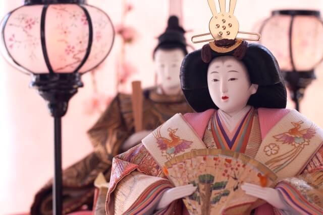 贅を尽くした遊びの世界。伝統のひな飾り、ひな道具、ひな装束